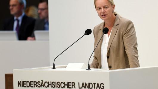 Dana Guth, Vorsitzende der AfD-Landtagsfraktion, spricht im Landtag vor den Abgeordneten (Archivbild).