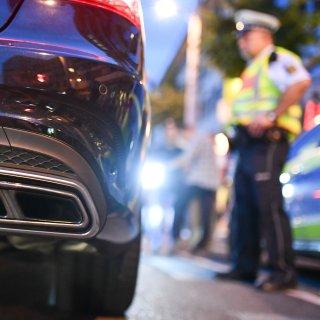 Polizeibeamte kontrollieren sogenannte Autos aus der Tuning-Szene (Symbolbild).