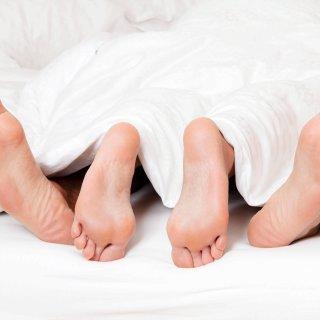 Dier Füße eines Paares im Bett. Liebe, Erotik und Partner. McPBBO McPBBO Dier Feet a Couple in Bed Love Eroticism and Partner McPBBO McPBBO