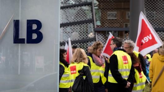 Demonstranten stehen mit Transparenten und Plakaten während einer Protestkundgebung der Gewerkschaft Verdi gegen eine mögliche Zerschlagung der Nord/LB vor dem Gebäude der Norddeutschen Landesbank in Hannover.