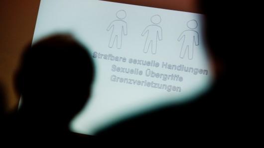 Das Bistum Hildesheim lässt Missbrauchsvorwürfe gegen zwei Ex-Bischöfe von einem spezialisierten Institut untersuchen.