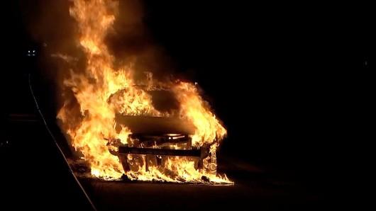 Das Auto stand auf der A2 vollkommen in Flammen.