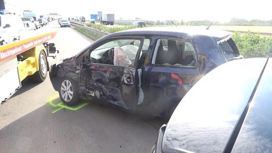 Schwerer Unfall auf der A2: eine Schwanenfamilie ist in Panik geraten - mit verheerenden Folgen.