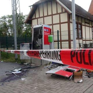 Unbekannte haben einen Geldautomaten am Bahnhof in Schönebeck gesprengt.