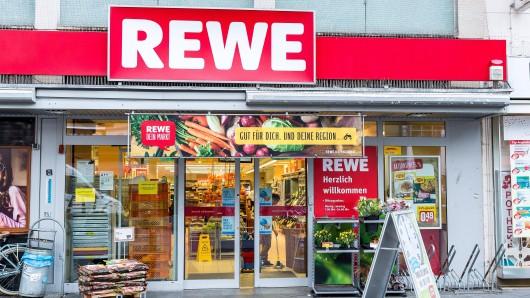 Rewe wirbt in einem Prospekt mit einem Produkt. Die Beschreibung macht den Kunden sauer. (Symbolbild)