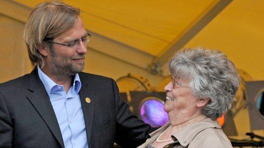 Jürgen Klopp und seine Mutter Elisabeth nach dem Gewinn der Deutschen Fußballmeisterschaft mit der Borussia Dortmund.