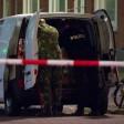 Polizisten untersuchen in Rotterdam einen Kleinlaster.