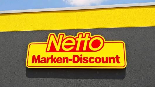 Die Netto Marken-Discount AG uns Co KG mit Hauptsitz im bayerischen Maxhuette-Haidhof ist ein Lebensmitteldiscounter und Tochterunternehmen der Edeka Zentrale AG und Co KG. Netto Marken-Discount betreibt etwa 4.170 Filialen und ist nach Aldi und Lidl der drittgroesste deutsche Discounter. Die Zahl der Beschaeftigten liegt bei knapp 70.000. Foto: Schriftzug / Logo, bei einer Netto -Filiale in Regensburg. *** The Netto Marken Discount AG and Co KG headquartered in the Bavarian Maxhuette Haidhof is a food discounter and subsidiary of Edeka Zentrale AG and Co KG Netto Marken Discount operates about 4 170 stores and is the third largest German discounter after Aldi and Lidl The number of employees is almost 70 000 photo lettering logo at a Netto branch in Regensburg