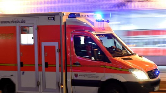 Ein Rettungswagen fährt zu einem Einsatz.