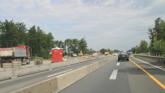 Die A395 bei Wolfenbüttel in Richtung Braunschweig. Der Verkehr fließt in beide Richtungen nur einspurig.