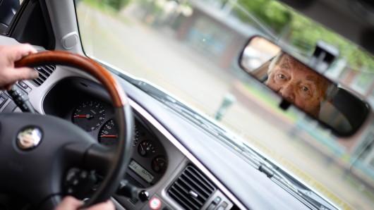 Der Mann hatte die Frau beim Ausparken mit seinem Auto angefahren. (Symbolbild)