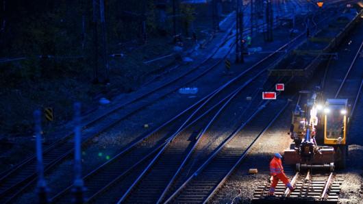 In der Nacht kann es bei Goslar laut werden. Eine Eisenbahnüberführung wird erneuert. (Symbolbild)