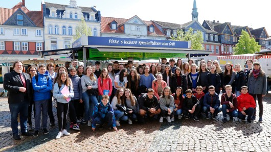 Die Schüler aus dem Baskenland lernten den Wochenmarkt in Wolfenbüttel kennen.