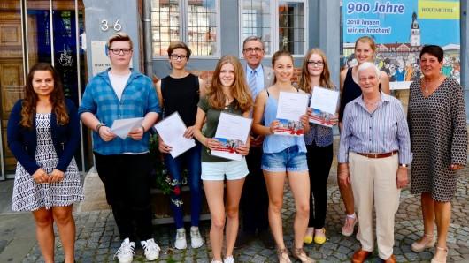 Von links: Jasmin Herbst (Schulabteilung), Justus Neuhausen, Lenia Naatz, Antonia Jünger, Bürgermeister Thomas Pink, Lena Marken, Lea Klusmann, Marlen Bullinger, Ratsvorsitzende Hiltrud Bayer uns Schulausschussvorsitzende Birgit Oppermann.