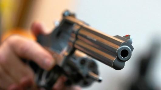 Mit einer Pistole soll ein 57-jähriger Radfahrer am Sonntag einen Autofahrer und zwei Polizisten bedroht haben.