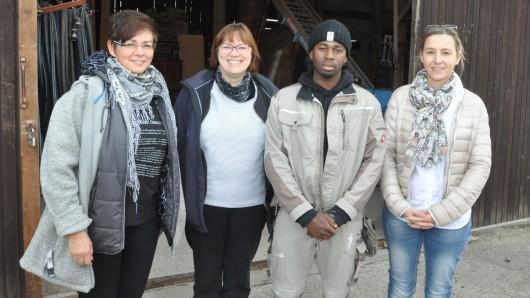 Große Freude bei allen Beteiligten: Andrea Klein (von links) und Marion Mai vom DRK haben Abdouramane Barry in der Jugendwohngruppe Leo betreut. Jetzt arbeitet der Flüchtling aus Guinea bei der Firma Georg Hindemith. Prokuristin Anja Czarnetzki hat für ihren neuen Mitarbeiter die Wohnung organisiert.
