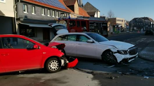 Bei diesem Unfall wurde ein Fahrer verletzt - und die Feuerwehr kritisiert andere Verkehrsteilnehmer.