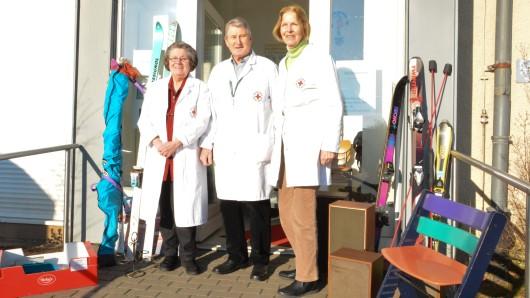 Das Team der DRK-Kleiderkammer um Karin Rothe (von links), Joachim Korsch und Rosemarie Eisenberg wundert sich manchmal über die unsachgemäßen Spenden.