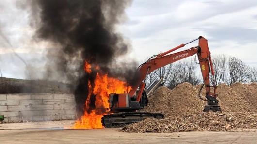 Durch die Flammen und die extreme Wärme wurden mehrere Leitungen des Baggers beschädigt.