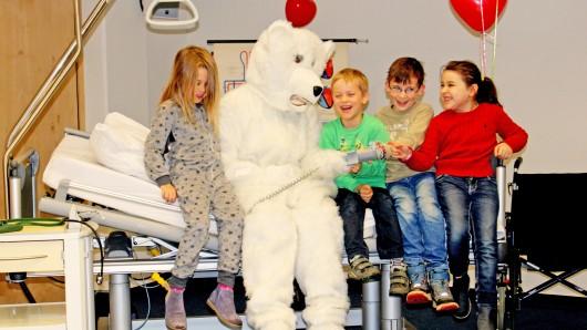 Gemeinsam erkundeten die Jungen und Mädchen das Krankenzimmer und probierten die verschiedenen Funktionen des Betts aus.