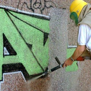 Unbekannte haben auch eine Hauswand mit Farbe beschmiert (Symbolbild).
