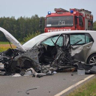 Der Fahrer des VW Golf wurde bei dem Unfall schwer verletzt.