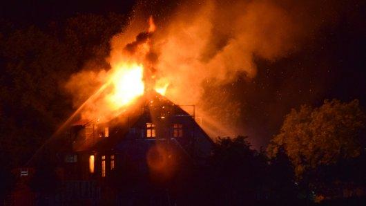 In Lucklum im Landkreis Wolfenbüttel ist in der Nacht ein riesiges Feuer ausgebrochen.