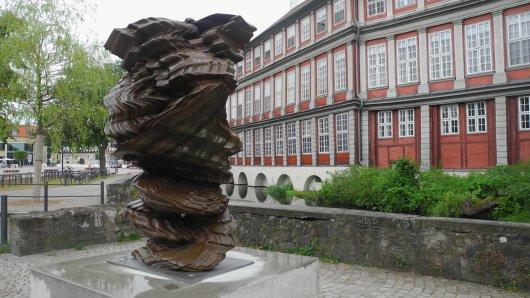 """Eine Skulptur vor dem Schloss in Wolfenbüttel sorgt für Irritationen. Sogar von """"Müll"""" ist die Rede. Dabei handelt es sich hier um Kunst!"""