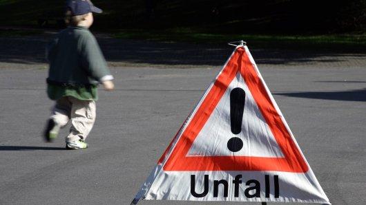Ein Kind (9) ist in Klein Vahlberg im Landkreis Wolfenbüttel angefahren worden. Doch die Autofahrerin hielt nicht an! (Symbolbild)