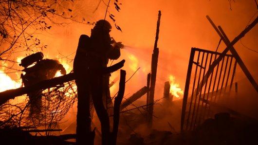 Die Feuerwehr löschte am Donnerstagabend einen Brand in einer Holzhütte in Fümmelse.