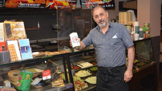 Gastronom Suer Tekin will in Wolfenbüttel mit Gutscheinen Bedürftigen helfen.