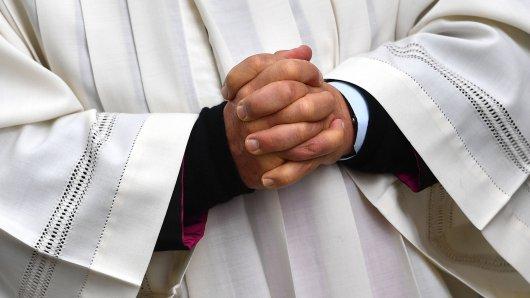 Schwere Vorwürfe gegen einen Priester, der 2019 verstorben ist! (Symbolbild)