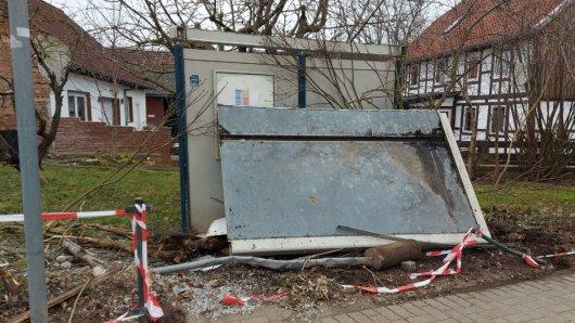 Ein 19-Jähriger Autofahrer ist in eine Bushaltestelle in Bornum (Landkreis Wolfenbüttel) Gefahren.