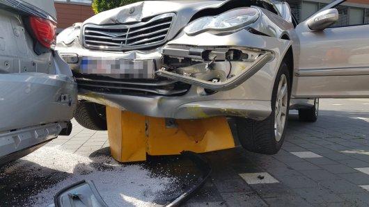 Eine Mercedes-Fahrerin aus Wolfenbüttel hat die Kontrolle über ihren Wagen verloren – mit Folgen...