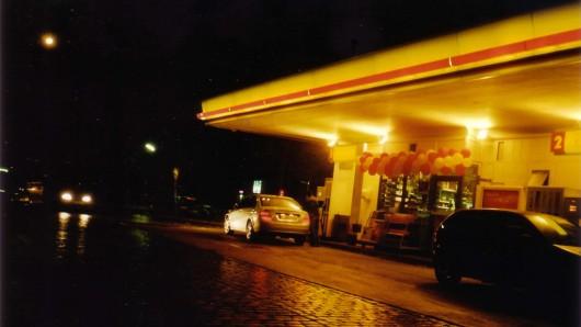 Die Täter hatten den Tankstellenmitarbeiter mit einer Waffe bedroht (Symbolbild).