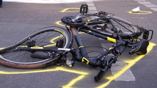 Das Fahrrad musste am Ende abntransportiert werden. (Symbolbild)