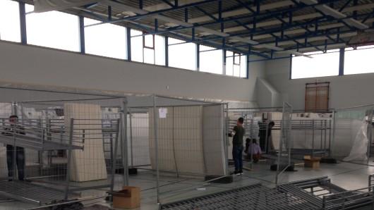 Die nun gesperrte Sporthalle in Barnstorf; sie diente bis Frühjahr 2016 als Flüchtlingsunterkunft (Archivbild).