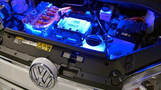 Blick in den von blauen LED-Leuchten erhellten Motorraum des Volkswagen e-up!, dessen 60 kW (82 PS) starker Elektromotor von einer Hochvolt-Lithium-Ionen-Batterie angetrieben wird.
