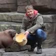 Der Moderator und TV-Produzent Jörg Pilawa (rechts) und Tierpfleger Dirk Stutzki lachen am 13. Oktober 2015 im Tierpark Hagenbeck in Hamburg nach der Taufe eines jungen Walross-Mädchens auf den Namen Loki.