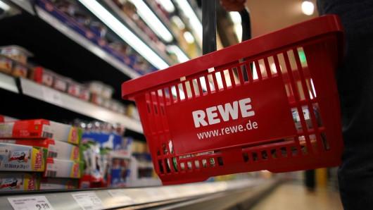 Auch bei Rewe gibt es den Kaffee nun zu kaufen. (Archivbild)
