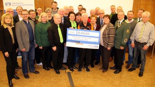 Vertreter der 19 Vereine und Institutionen mit Claudia Kayser (Leiterin der Direktion Wolfsburg bei der Volksbank BraWo, ganz links).