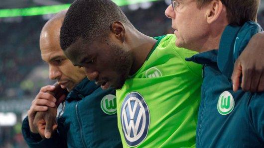 Wolfsburgs Paul-Georges Ntep wird verletzt vom Platz gebracht.