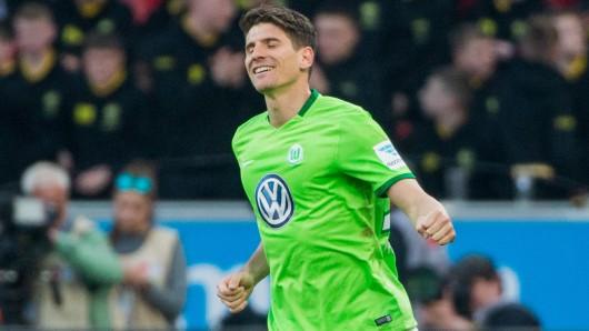 Wolfsburgs Mario Gomez jubelt über sein Tor.