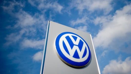 Ein Schild mit einem Volkswagen Logo ist zu sehen.