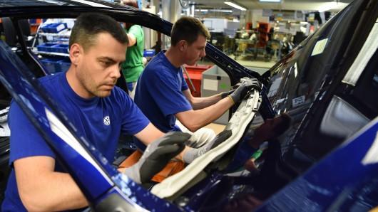 VW-Mitarbeiter sind oft einer Neiddebatte ausgesetzt. Wir haben mal nachgehakt - wie lebt es sich denn so als Volkswagen-Beschäftigter? (Archivbild)