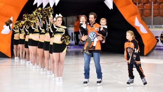 Grizzly-Verteidiger Jeff Likens brachte seine Töchter mit aufs Eis.