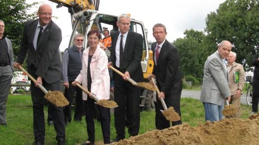 Spatenstich für den K72-Radweg. Mit dabei (von links): Ingolf Viereck (Bürgermeister, SPD), Bärbel Weist (Bürgermeisterin, PUG), Stadtbaurat Kai-Uwe Hirschheide und Peter Kassel (CDU-Ratsmitglied).