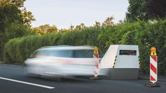 Der Trailer eignet sich besonders zum Einsatz an Gefahrenstellen wie Baustellenbereichen, bei denen das Geschwindigkeitsmessen mit mobilen Anlagen auf Grund der Gefahr für die messenden Personen schlecht möglich ist. (Archivbild)