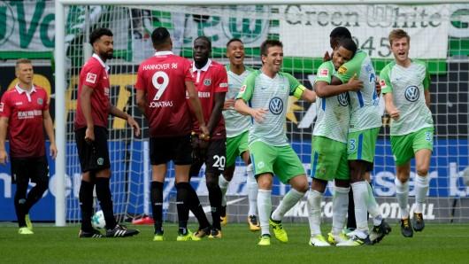 Wolfsburgs Daniel Didavi (3. von rechts) bejubelt sein Führungstor zum 1:0 gegen Hannover 96 im Arm mit Josuha Guilavogui. (