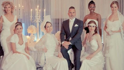 Wird am Sonntag durch die Brautmodenschau führen: Wedding Planner Froonck umringt von Schönheit
